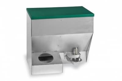 Dimensiones: 460 x 300 x 570 mm. Tolva mixta compuesta por un comedero con una capacidad de 8 kg. y un bebedero automático de aluminio con un depósito de 8 litros. Fabricada en chapa galvanizada. Tapa abatible para llenar tanto el comedero como el bebedero.